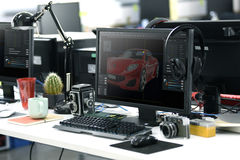 Tela de computador que mostra o projeto gráfico do carro na tabela Worki do escritório fotos de stock