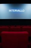 Tela de filme e cadeiras vermelhas dentro de um cinema Imagem de Stock Royalty Free