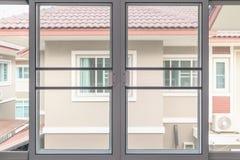 Tela de fio da rede de mosquito na proteção da janela da casa Fotos de Stock