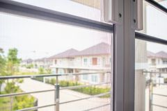 Tela de fio da rede de mosquito na proteção da janela da casa Imagens de Stock