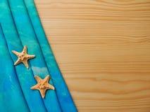 Tela de la turquesa del mar con las estrellas de mar en los tableros Imagenes de archivo