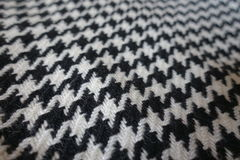 Tela de lana con el modelo de los pies del ` s del cuervo en blanco y negro Imagen de archivo