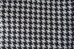 Tela de lana con el modelo de los pies del ` s del cuervo en blanco y negro Imágenes de archivo libres de regalías