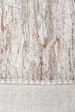 Tela de linho com laço no fundo de madeira velho Imagem de Stock