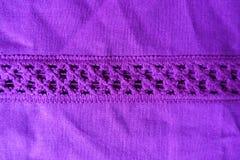 A tela de linho violeta brilhante com a listra de faz crochê o laço Imagens de Stock