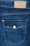 Tela de los tejanos con el bolsillo y la escritura de la etiqueta Imagen de archivo libre de regalías