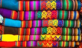 Tela de materia textil nativa colorida tradicional peruana de la artesanía en el mercado en Machu Picchu, uno de la nueva maravil foto de archivo