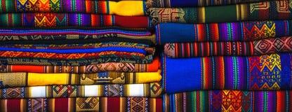 Tela de materia textil nativa colorida tradicional peruana de la artesanía en el mercado en Machu Picchu, uno de la nueva maravil imagen de archivo libre de regalías