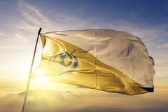 Tela de pano de matéria têxtil da bandeira do Sikhism que acena na névoa superior da névoa do nascer do sol ilustração royalty free