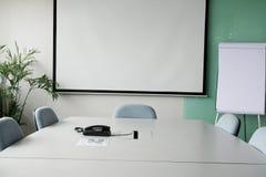 Tela de projeção na sala de reuniões fotos de stock royalty free