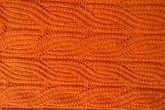 Tela de punto hecha a mano anaranjada con el modelo de la trenza Fotografía de archivo