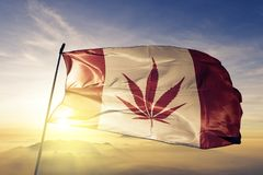 Tela del paño de la materia textil de la bandera de la mala hierba de Canadá que agita en la niebla superior de la niebla de la s fotos de archivo