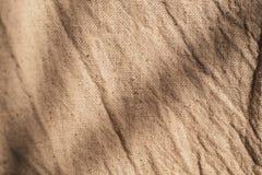 Tela di tela di Brown L'immagine di sfondo, piega il fondo di struttura fotografia stock libera da diritti