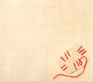 Tela di canapa con la zona stiched ed ago sopra tela da imballaggio Immagini Stock