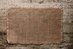 Tela di canapa della tela da imballaggio con i bordi lacerati su vecchio grunge Fotografia Stock