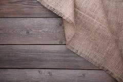 Tela di sacco naturale su fondo di legno grigio Tela sulla tavola di legno grigia fotografia stock