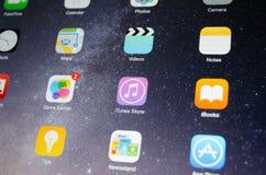 A tela do dispositivo de Apple centrou-se sobre o ícone da aplicação da loja de iTunes Imagens de Stock