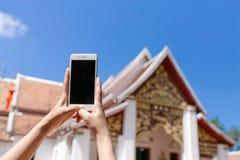 Tela do preto de IPhone no templo fotos de stock