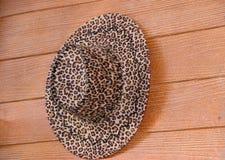Tela do teste padrão do tigre do leopardo do chapéu que pendura na parede marrom do cimento da fibra imagem de stock royalty free