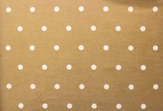 Tela dourada e um fundo minúsculo branco dos às bolinhas imagem de stock