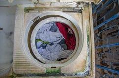 Tela en la lavadora que deseca Foto de archivo