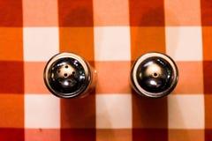 Tela escocesa Checkerbo de Shaker Restaurant Industry Red White de la pimienta de la sal Imagenes de archivo