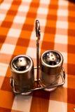 Tela escocesa Checkerbo de Shaker Restaurant Industry Red White de la pimienta de la sal Imagen de archivo