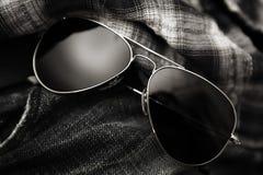 Tela escocesa de los pantalones vaqueros del grunge de las gafas de sol del aviador Foto de archivo libre de regalías