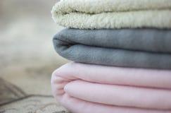 Tela escocesa rosada y gris con el primer doblado de la toalla Foto de archivo