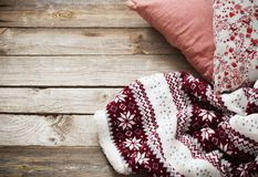 Tela escocesa y almohada en fondo de madera Fotos de archivo