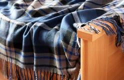 Tela escocesa y cama Imagenes de archivo