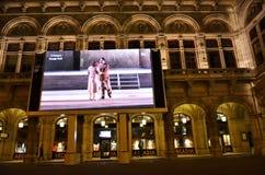 Tela gigante fora da construção histórica do estado Opera de Viena Fotografia de Stock Royalty Free