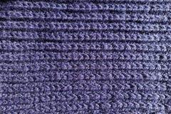 Tela hecha a mano violeta oscura del punto acanalado desde arriba Fotos de archivo libres de regalías