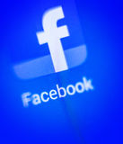 Tela macro o logotipo de Facebook na exposição eletrônica Imagens de Stock Royalty Free