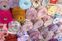 A tela material colorida rola amostras da textura Fundo fotos de stock royalty free