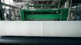 A tela não tecida rolou na linha industrial em uma fábrica vídeos de arquivo