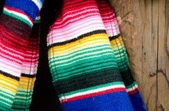 Tela no estilo do sudoeste tradicional em uma prateleira de madeira áspera Imagem de Stock