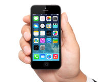 Tela nova do IOS 7 do sistema operacional no iPhone 5 Apple Imagem de Stock Royalty Free