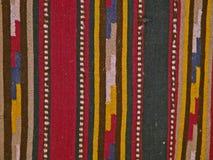 Tela popular tradicional búlgara de la alfombra con motivos geométricos y colores brillantes foto de archivo libre de regalías