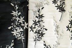 Tela preto e branco para vestidos, com testes padrões de flor, fundo da tela foto de stock