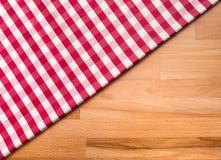 Tela quadriculado vermelha no fundo de madeira da tabela Para a decoração imagens de stock royalty free