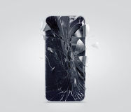 Tela quebrada do telefone celular, estilhaços dispersados Exposição de Smartphone deixada de funcionar e riscada fotografia de stock