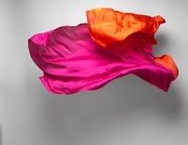 Tela roja abstracta en el movimiento Imagenes de archivo