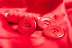 Tela roja y accesorios de costura Imagen de archivo