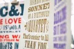 Tela sábia das citações do vintage impressa e pendurando para secar Imagens de Stock