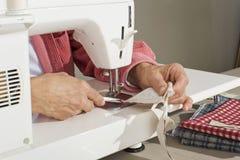 Tela sewing de Quilter Fotos de Stock Royalty Free