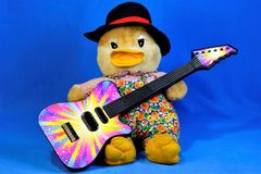 Tela suave del juguete del bebé del vintage, pato con una guitarra El juguete de los niños con la guitarra del instrumento musica fotos de archivo libres de regalías