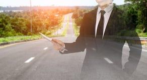 Tela táctil à disposição o homem de negócios no fluxo da estrada successful imagem de stock
