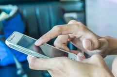 Tela tocante da mão do homem no móbil moderno Fotografia de Stock Royalty Free