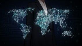 Tela tocante da mulher de negócios, Internet das coisas que ícone da tecnologia conecta o mapa do mundo global, pontos do carro f